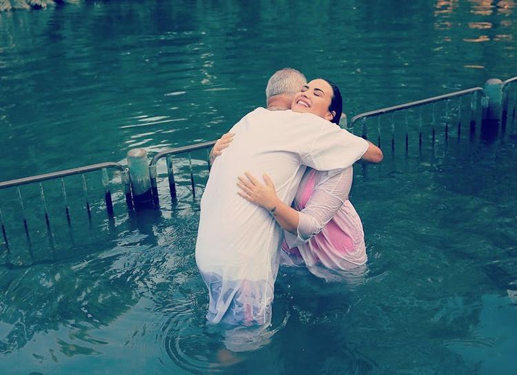 Деми Ловато крестили в реке Иордан 1