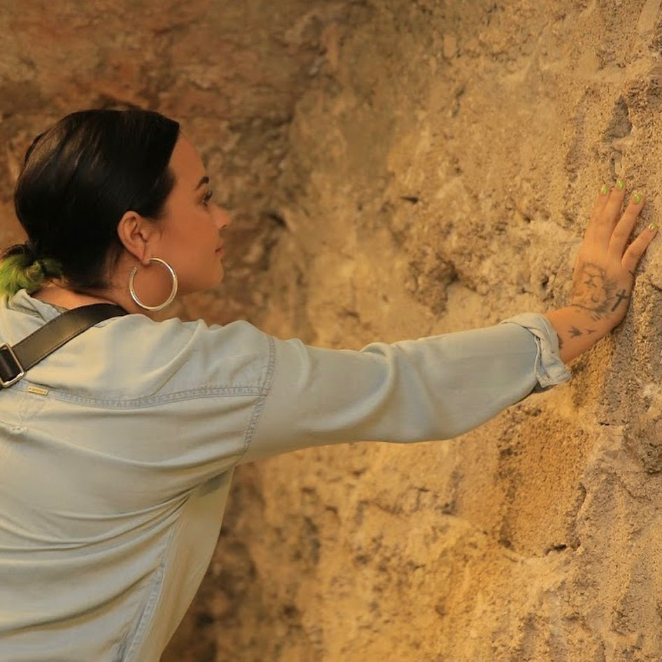 Деми Ловато крестили в реке Иордан 2