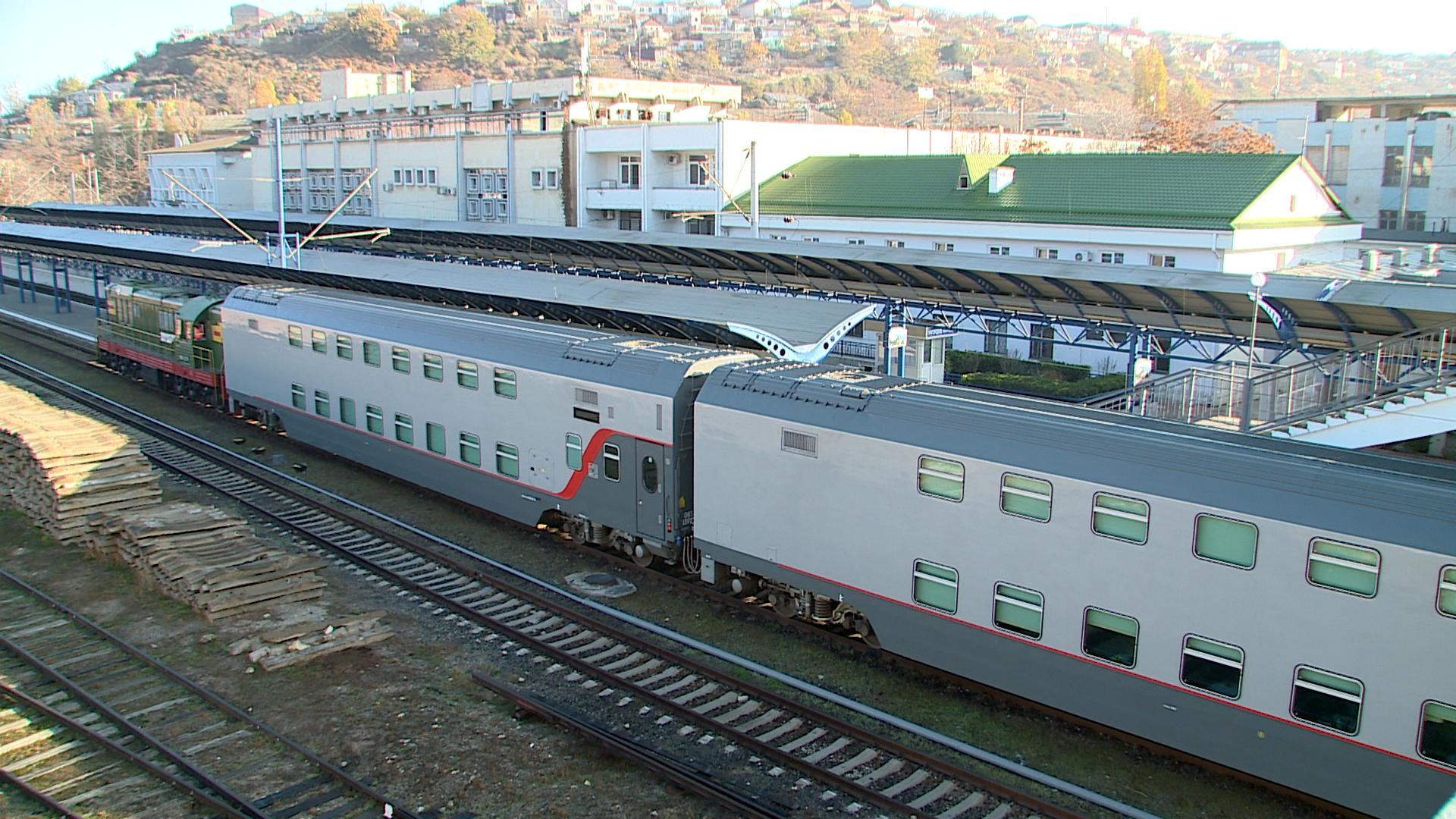Две тысячи пассажиров встретят Новый год в крымских поездах 1