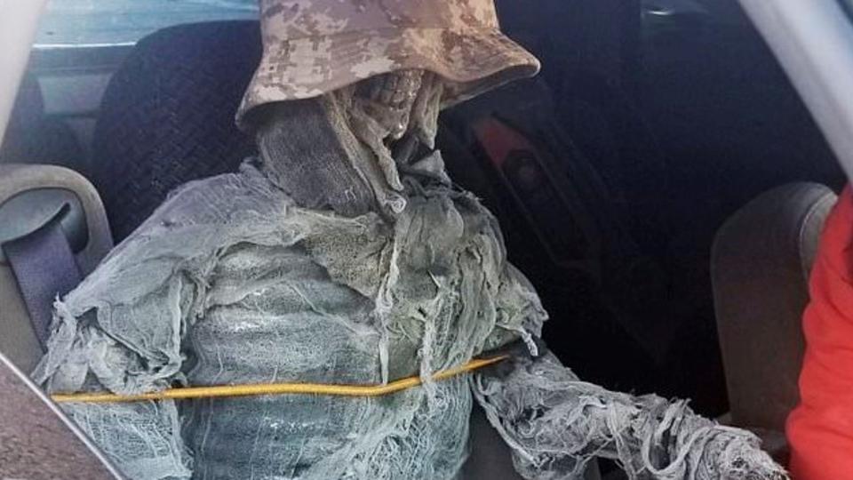 Зачем водитель катался со скелетом? 10