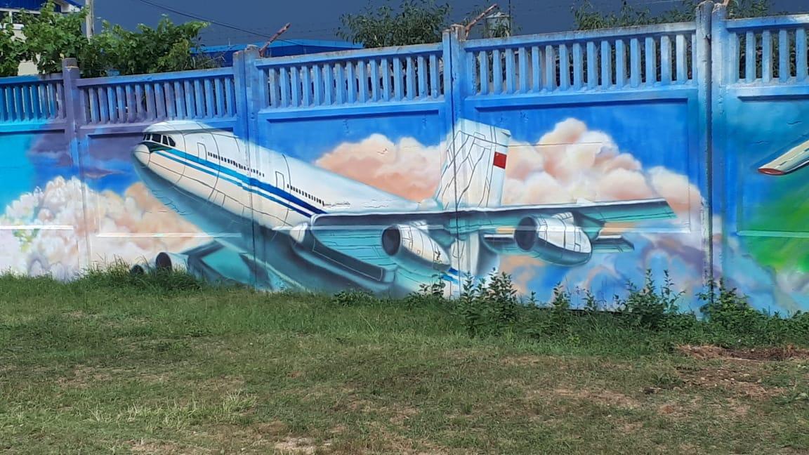 Забор в аэропорту «Симферополь» украсили изображения самолетов 5